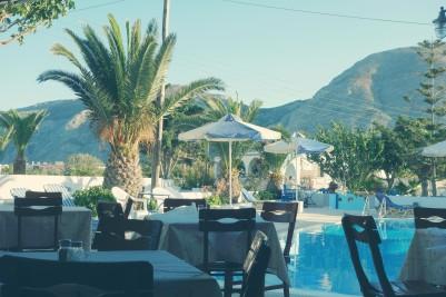 Le restaurant, collé sur la piscine avec vue sur la montage !